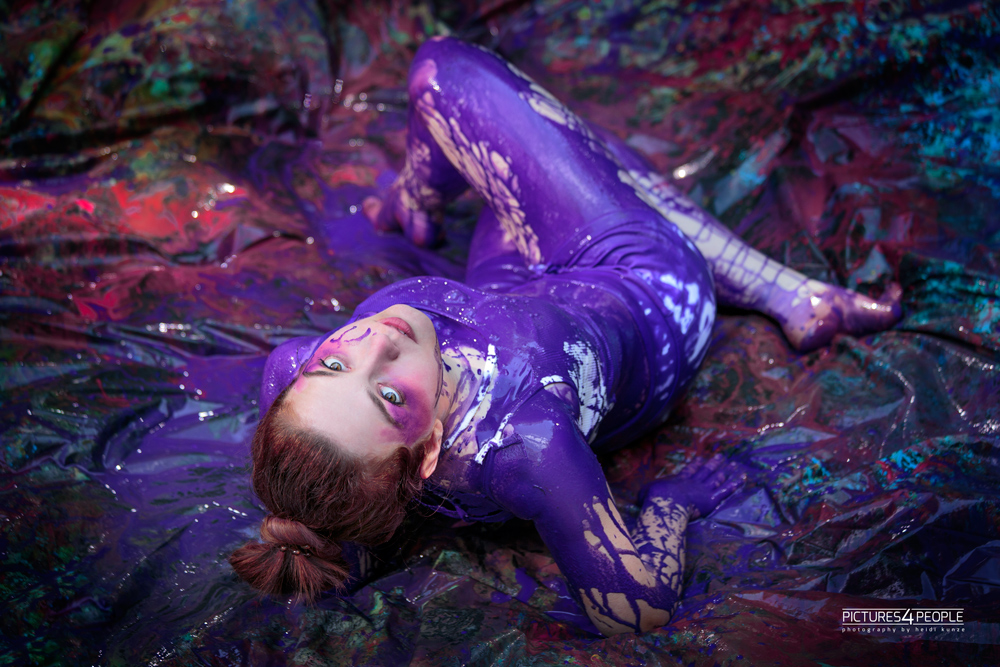 Model mit lila Splash-Farbe