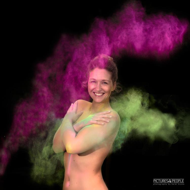 Model mit Violett-grüner Holifarbe