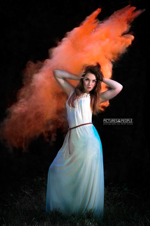 Model mit orangener Holifarbe