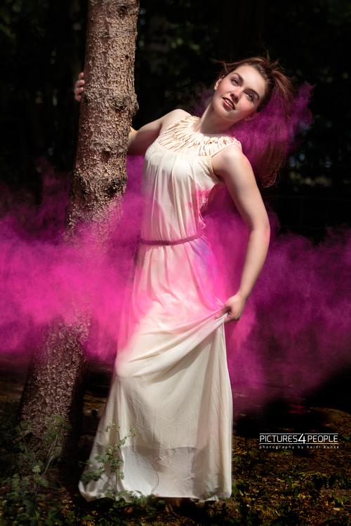 Model mit violetter Holifarbe