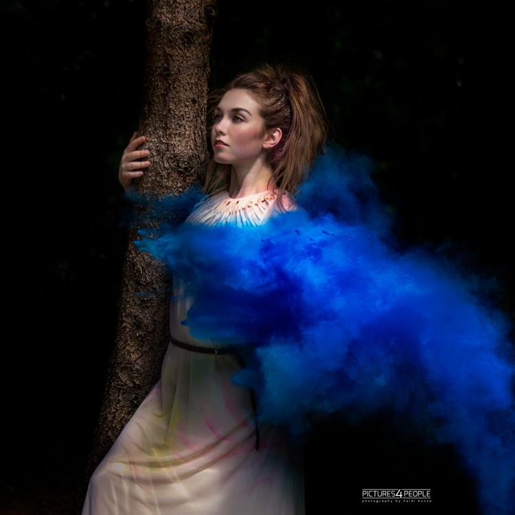 Model mit blauer Holifarbe