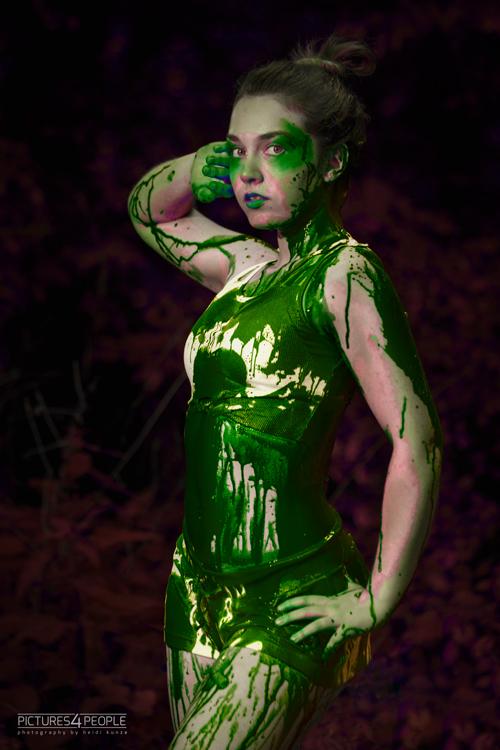 Model mit grüner Splash-Farbe