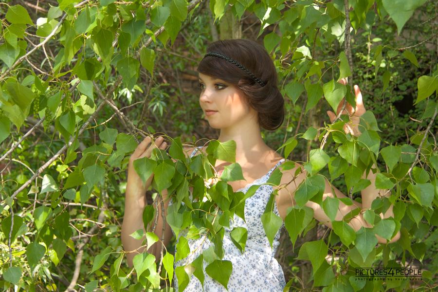 Mädchen im Laub einer Birke