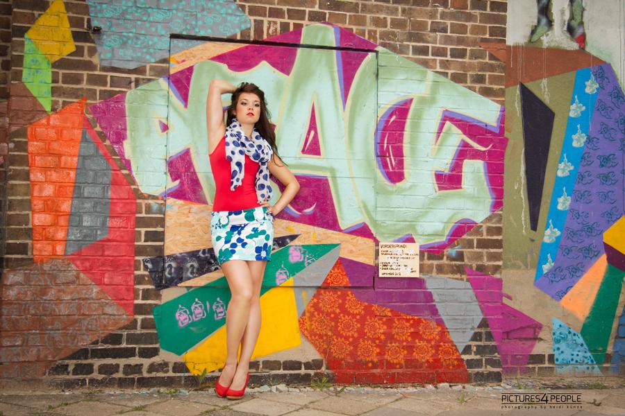 Mädchen vor Graffitiwand