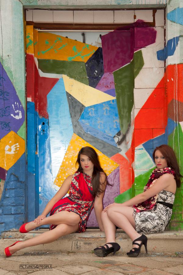 2 Mädchen vor Graffitiwand