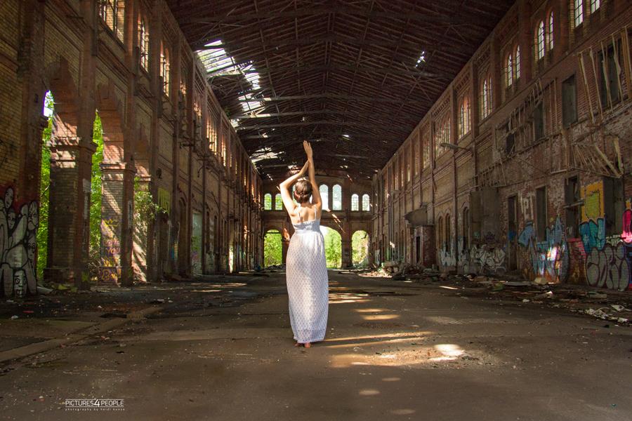 Mädchen in Fabrikhalle