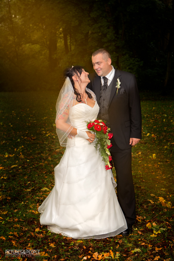 Brautpaar im Wald, fotografiert von pictures4people, eine Hochzeitsfotografin aus Dessau