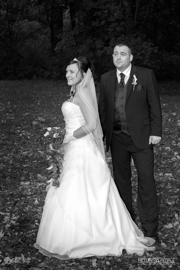 Brautpaar im Wald, in sw