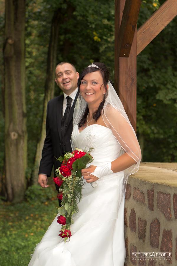 Brautpaar an einem Brunnen, fotografiert von pictures4people, eine Hochzeitsfotografin aus Dessau