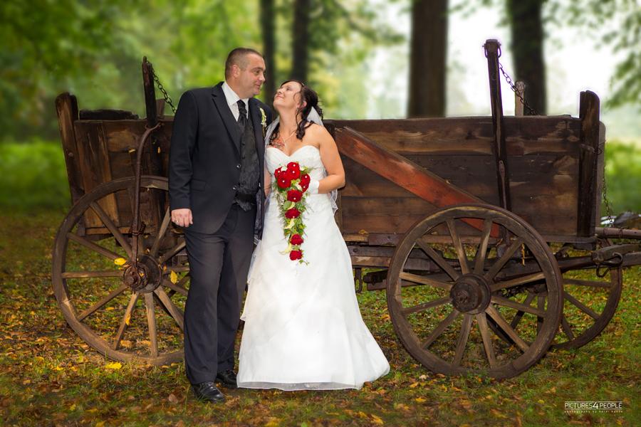 Brautpaar vor einem alten Wagen, fotografiert von pictures4people, eine Hochzeitsfotografin aus Dessau