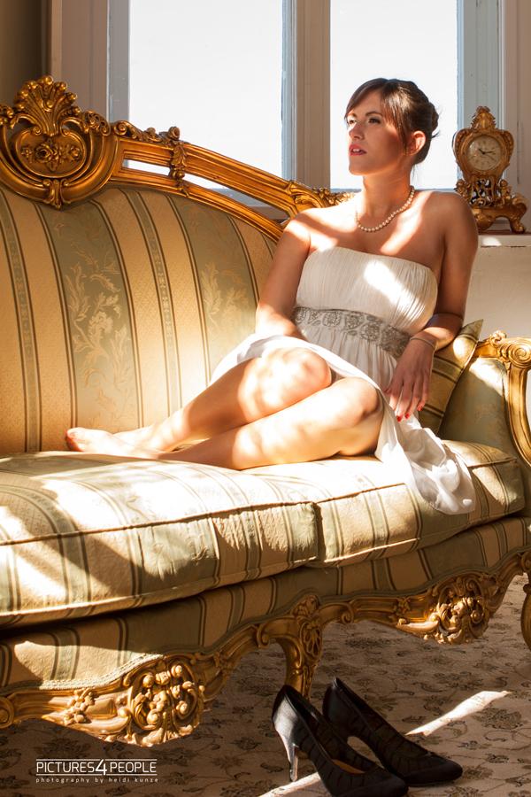 Mädchen im Sonnenlicht auf einem Sofa