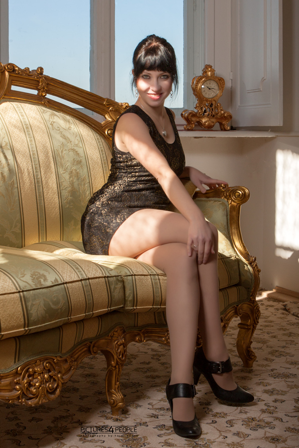 junge Frau auf einem Sofa