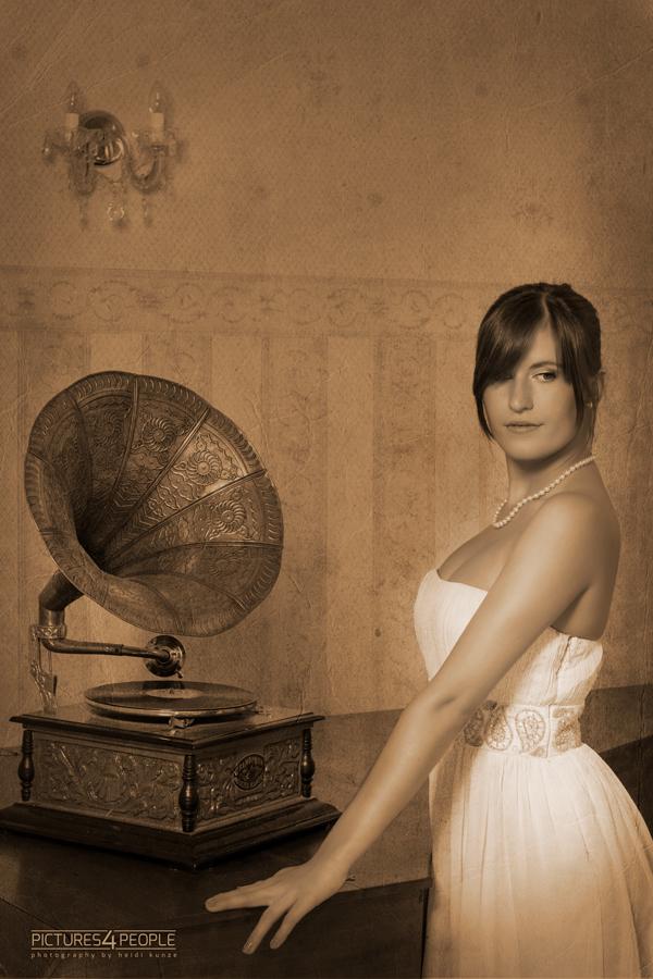 Mädchen vor einem Grammophon, in sepia