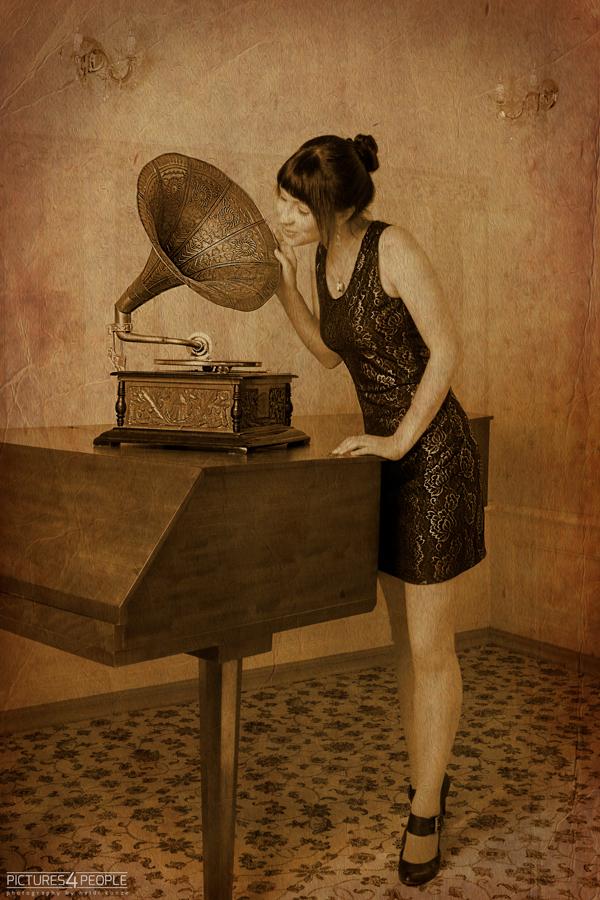 junge Frau an einem Grammophon, in sepia