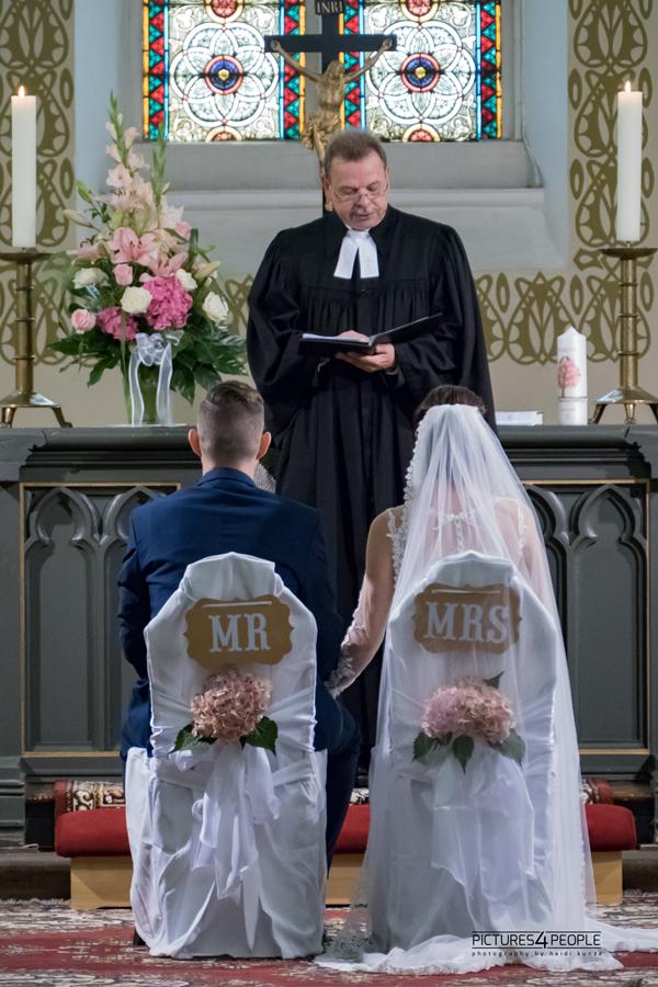 Hochzeitspaar in einer Dessau- Roßlauer Kirche während der Trauung