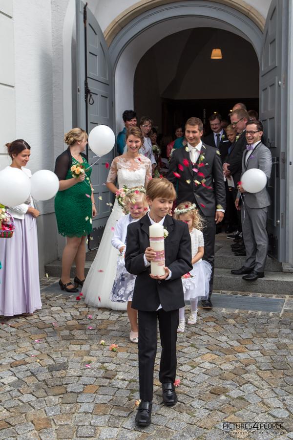 vor der Kirche, ein Brautpaar kommt heraus