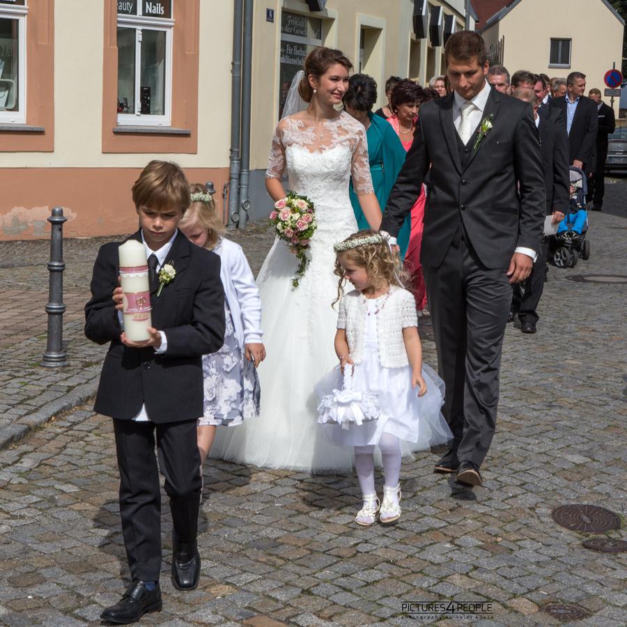 Brautpaar mit Hochzeitsgästen beim Hochzeitsmasch