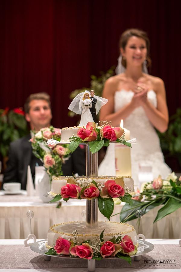 Brautpaar mit Kuchen