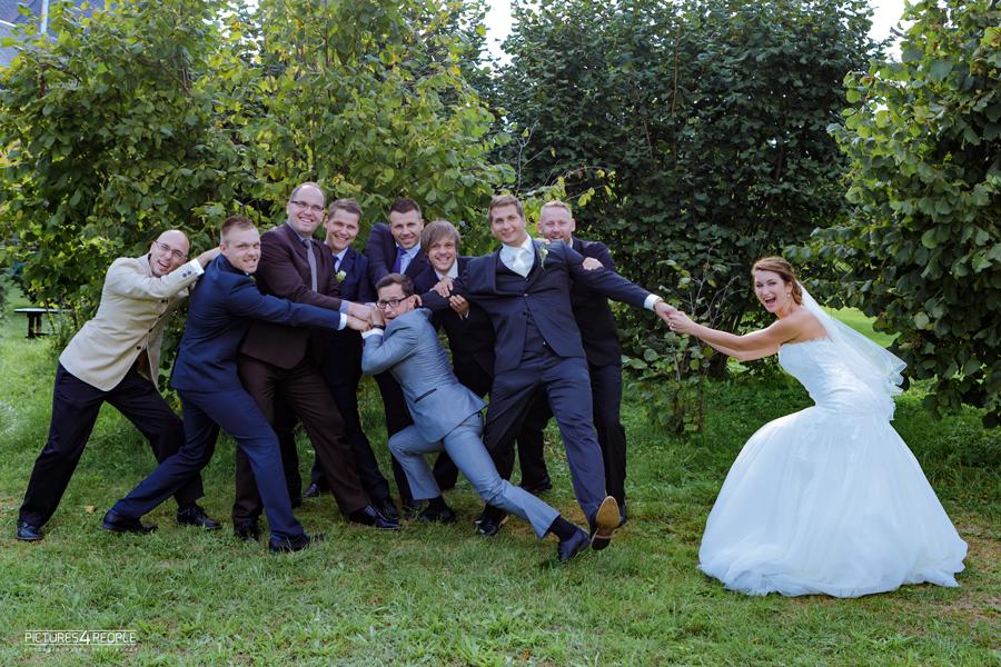 die Braut versucht ihtren Bräutigamm den Freunden zu entreißen