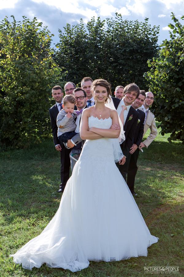 Gäste hinter einer Braut