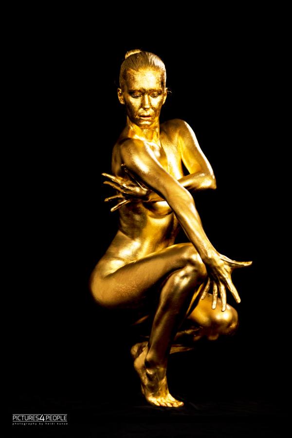 Bodypainting, weiblicher Körper komplett in Gold