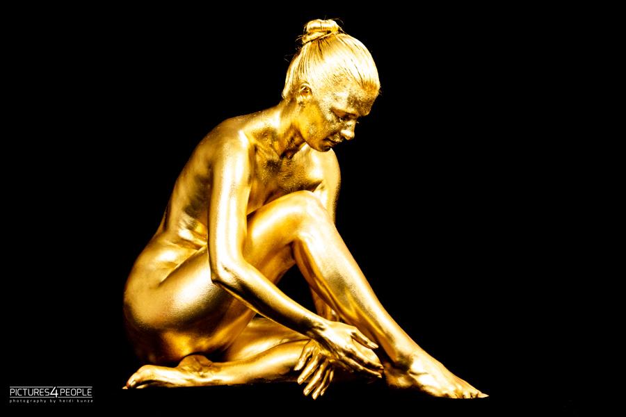 Bodypainting, junge Frau in Gold
