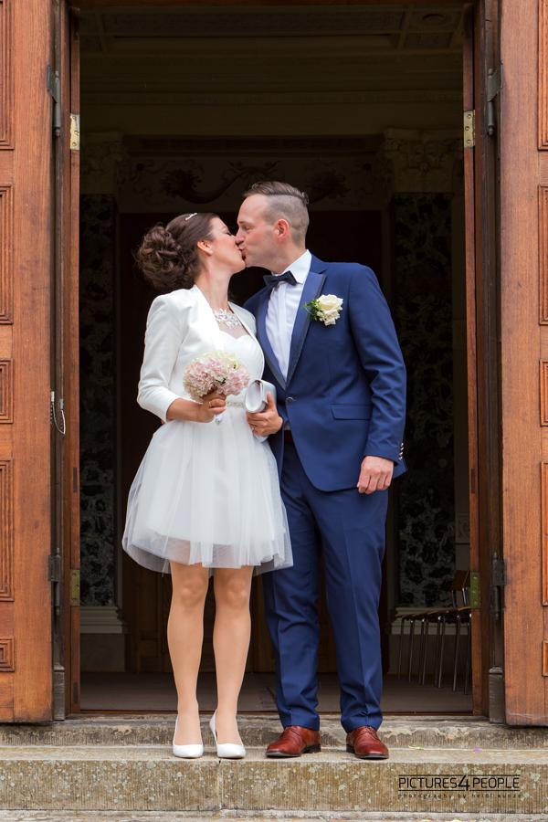 Hochzeitspaar im Dessauer Luisium kurz nach der Trauung