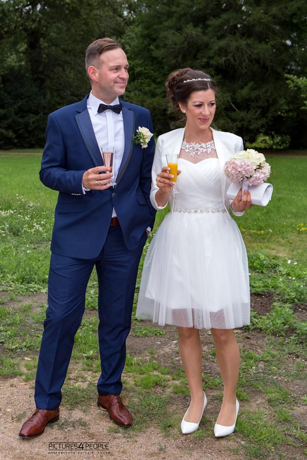 Hochzeitspaar im Dessauer Luisium kurz nach der Trauung, beim Sektempfang