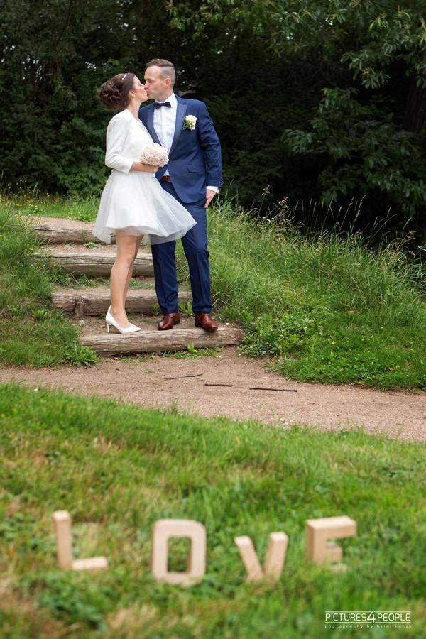 Hochzeitspaar im Dessauer Luisium kurz nach der Trauung, sie küssen sich