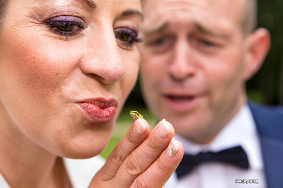 Hochzeitspaar im Luisium in Dessauer mit einem Baby-Laubfrosch, fotografiert von einer Hochzeitsfotografin aus Dessau