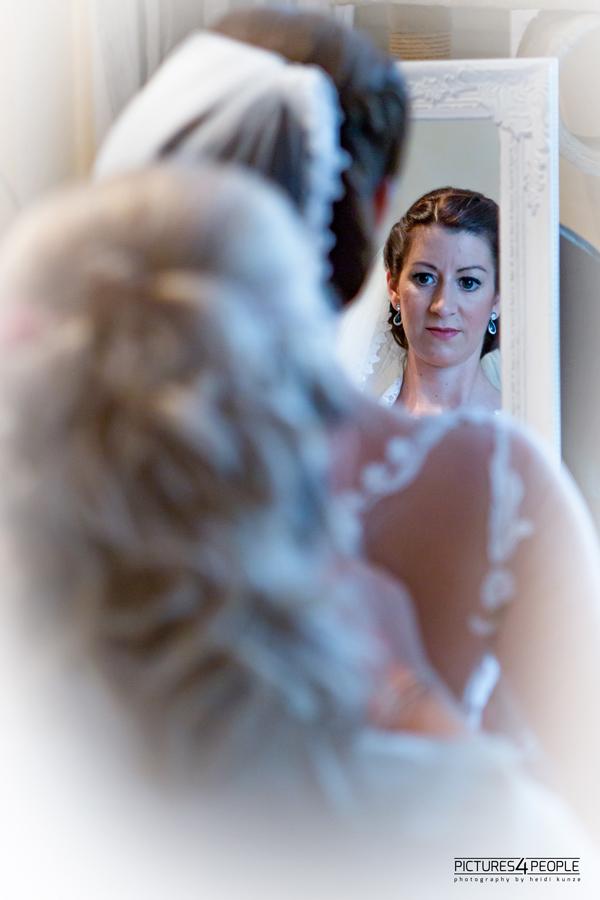 Braut vor dem Spiegel, Hochzeit in Dessau-Roßlau