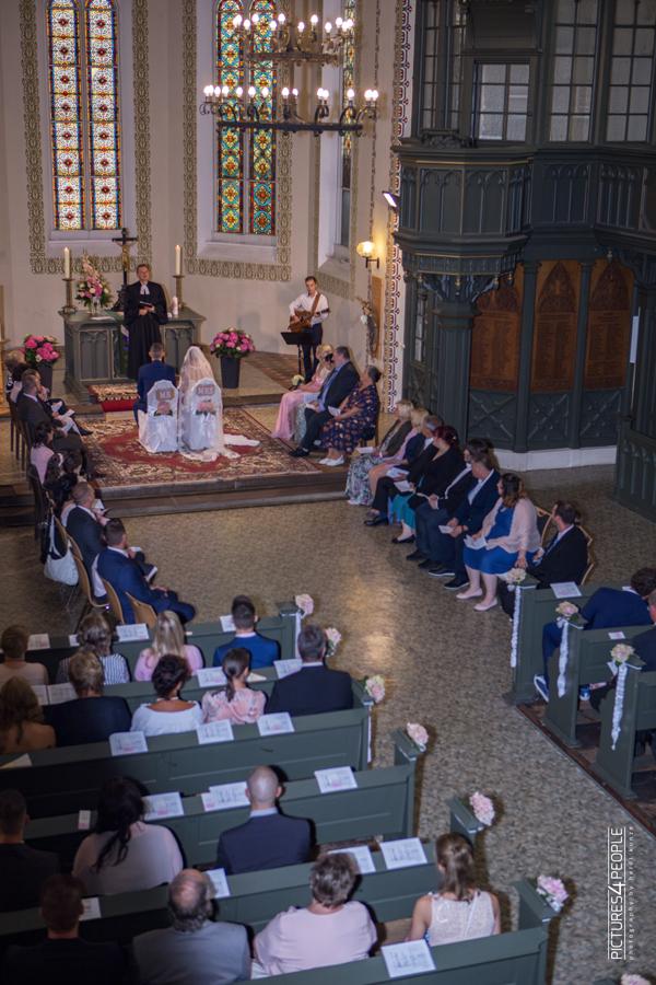 Hochzeitspaar in einer Dessau- Roßlauer Kirche während der Trauung, fotografiert von Hochzeitsfotografin aus Dessau