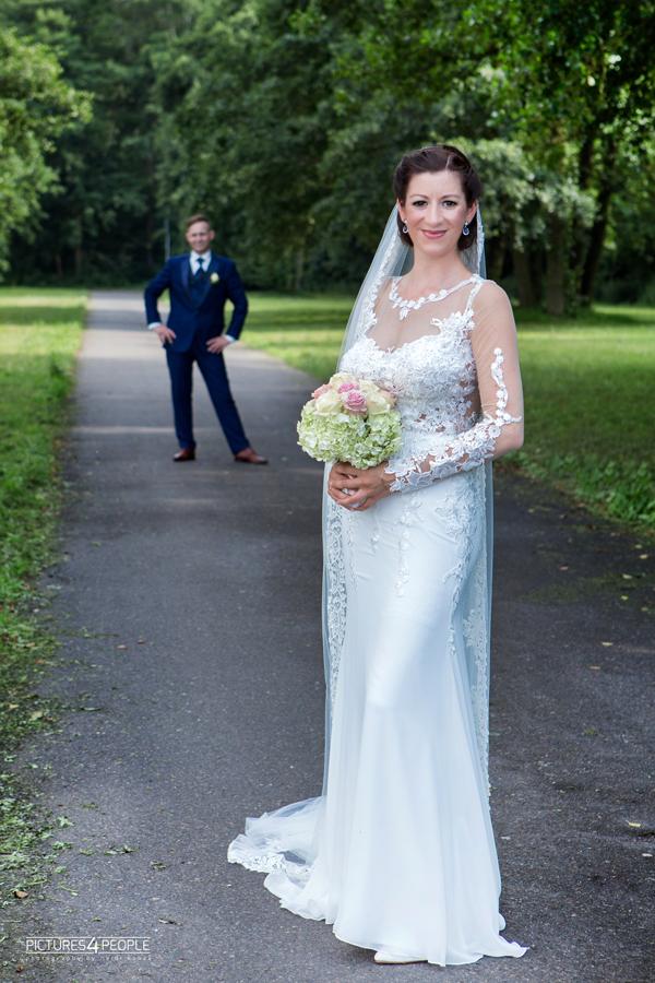 Brautpaar im Waldbad in Dessau, fotografiert von pictures4people, eine Fotografin aus Dessau