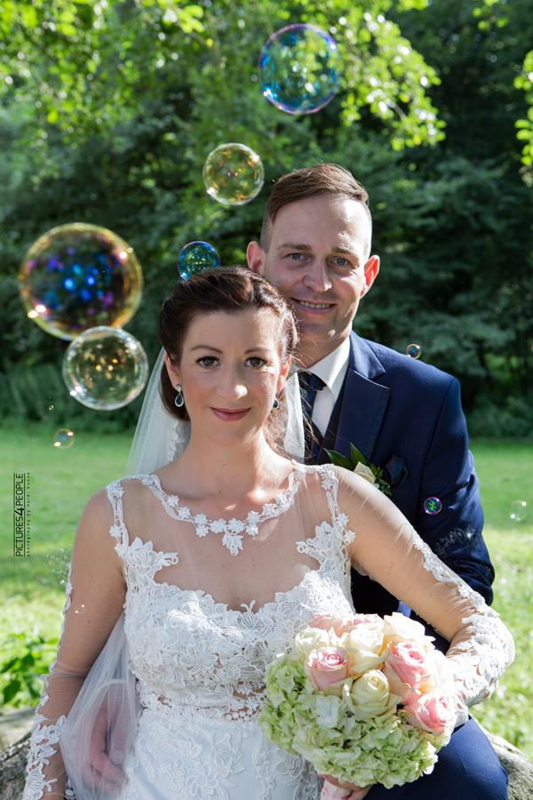 Brautpaar im Waldbad in Dessau, fotografiert von pictures4people, eine Hochzeits Fotografin aus Dessau