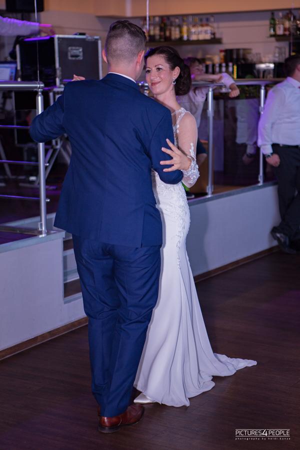 Brautpaar beim Tanzen im Waldbad in Dessau, fotografiert von pictures4people, eine Fotografin aus Dessau