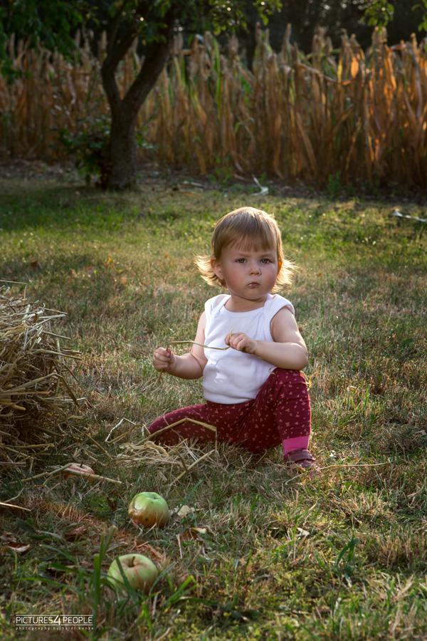 kleines Mädchen im Gras, fotografiert von Familienfotografin aus Dessau
