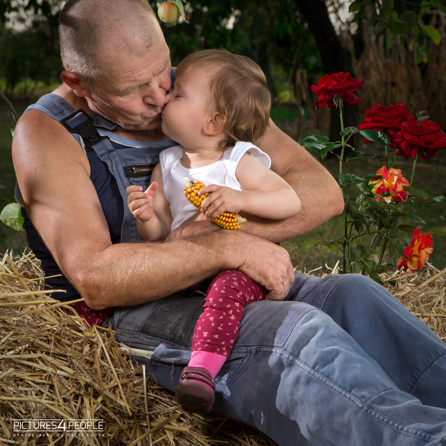 Enkelin küsst den Opa