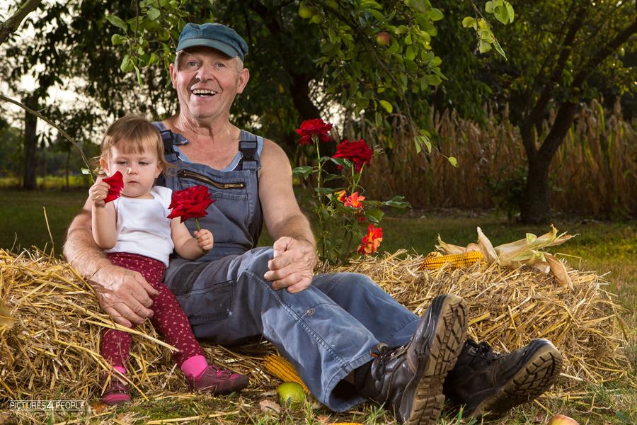 Enkelin mit dem Opa, fotografiert von Familienfotografin aus Dessau