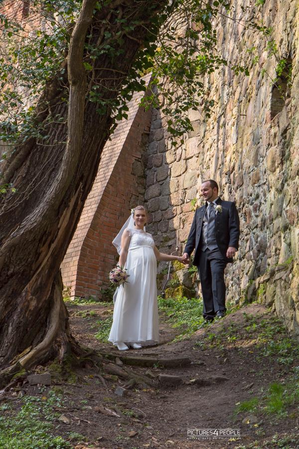 Brautpaar an einer Burgmauer im Fläming, fotografiert von Hochzeitsfotografin aus Dessau