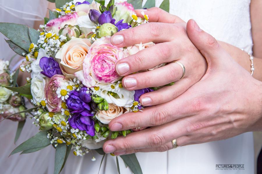 Brautstrauß in den Händen des Brautpaares