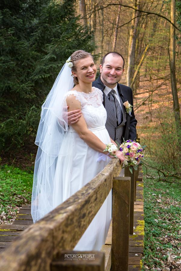 Brautpaar auf einem Waldweg im Fläming, fotografiert von Hochzeitsfotografin aus Dessau