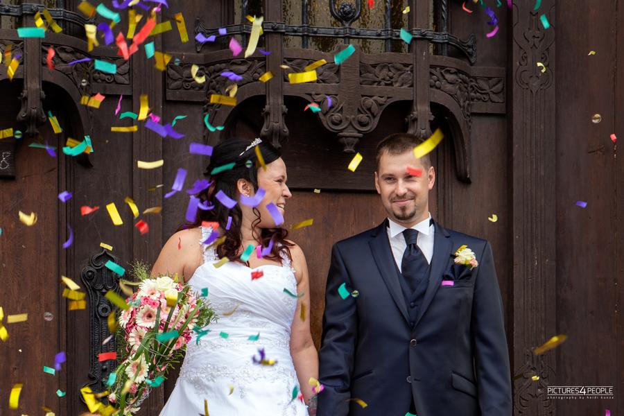 Brautpaar vor dem Rathaus mit Konfetti