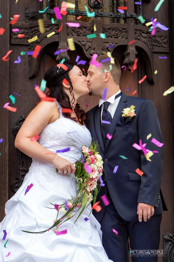 Brautpaar küssend vor dem Rathaus Dessau, fotografiert von Hochzeitsfotografin aus Dessau