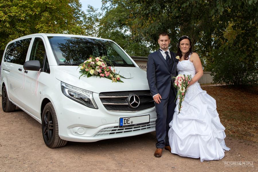 Brautpaar vor dem Hochzeitsauto am Kornhaus in Dessau