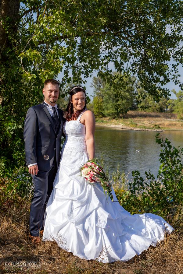 Brautpaar an der Elbe, Höhe Kornhaus in Dessau, fotografiert von Hochzeitsfotografin aus Dessau