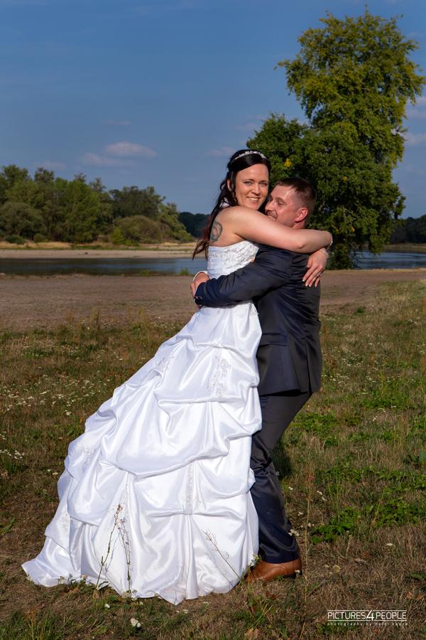 Hochzeitspaar vor der Elbe in Dessau, fotografiert von pictures4people