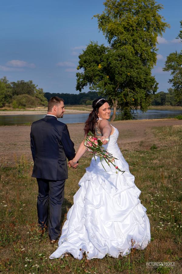Hochzeitspaar in Dessau vor der Elbe, fotografiert von Hochzeitsfotografin aus Dessau