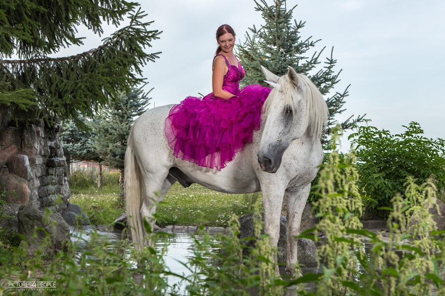 Reiterin auf einem Pferd, ohne Sattel