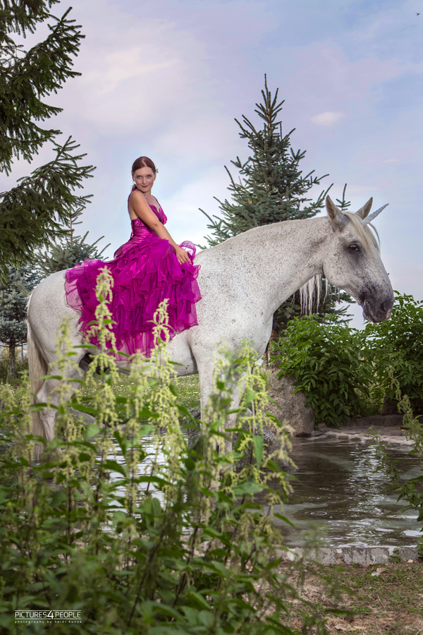 junge Frau sitzt auf einem Pferd