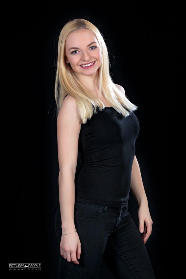 junge Frau lächelt der Fotografin zu